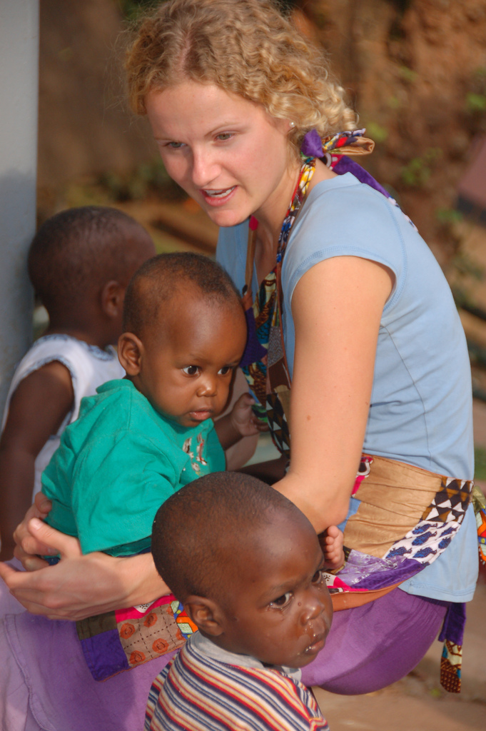 Freiwillige im Waisenhaus in Afrika