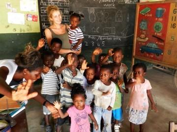 Volunteer mit Kindern Ghana