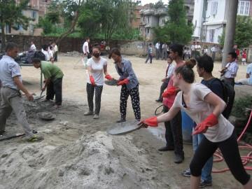 Freiwillige verlegen Fussboden in Nepal